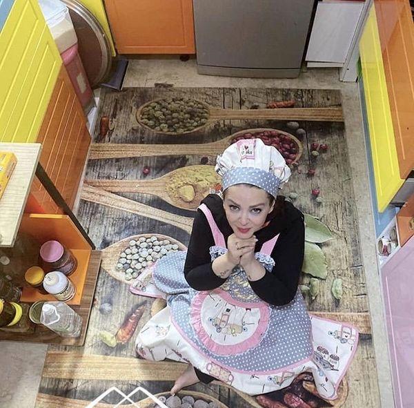 تیپ و لباس عروسکی بهاره رهنما در آشپزخانه لوکسش