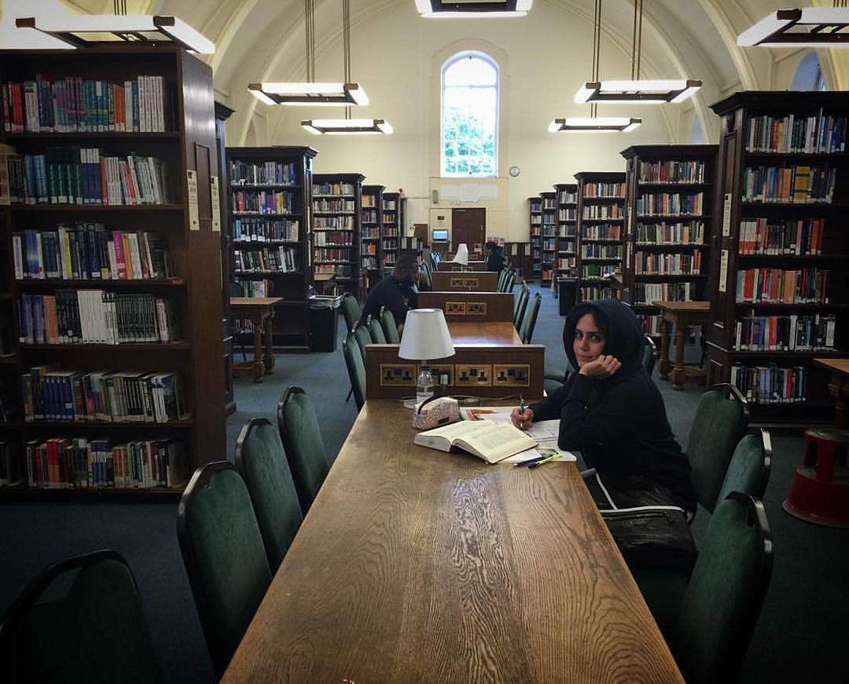 مطالعه الناز شاکردوست در کتابخانه ای شیک + عکس