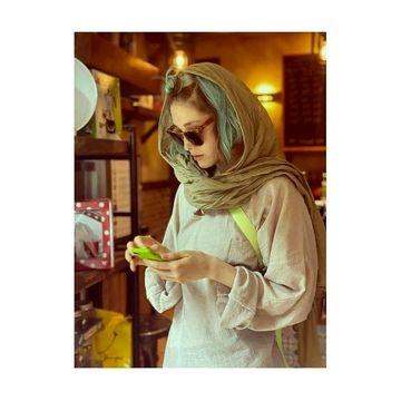 تیپ ناجور فرشته حسینی/ فرشته حسینی با موهای آبی در کافه + عکس