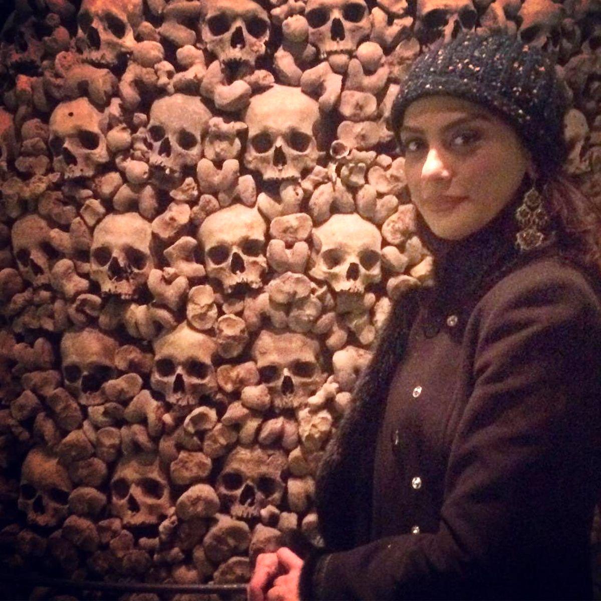 عکس عجیب و وحشتناک مونا فرجاد با جمجمه مردگان