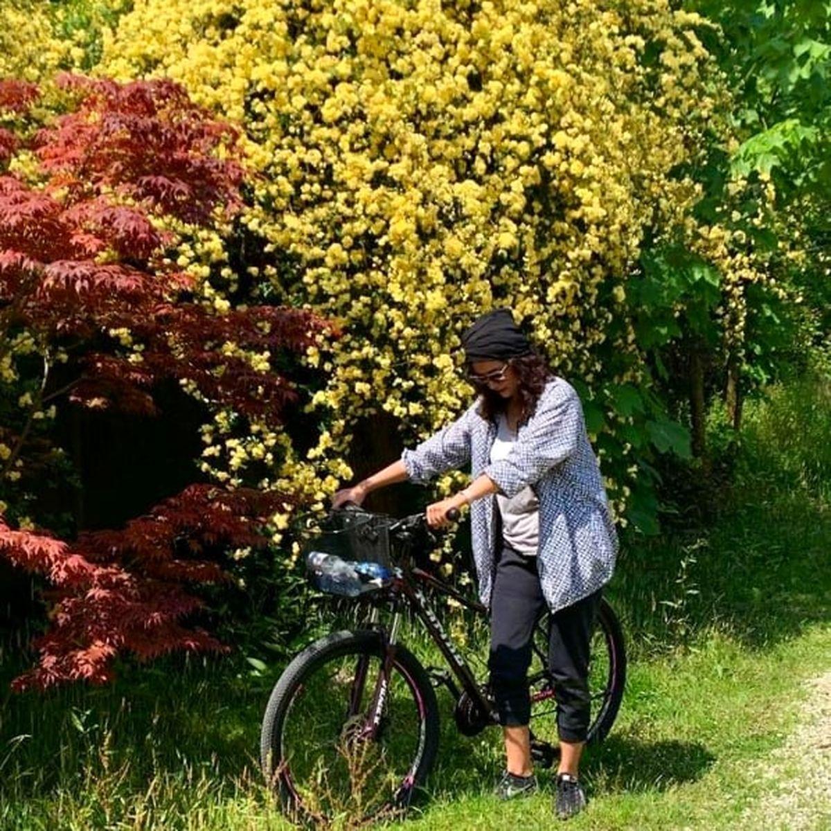 دوچرخه سواری پریناز ایزدیار با شلوارک کوتاه ! +عکس