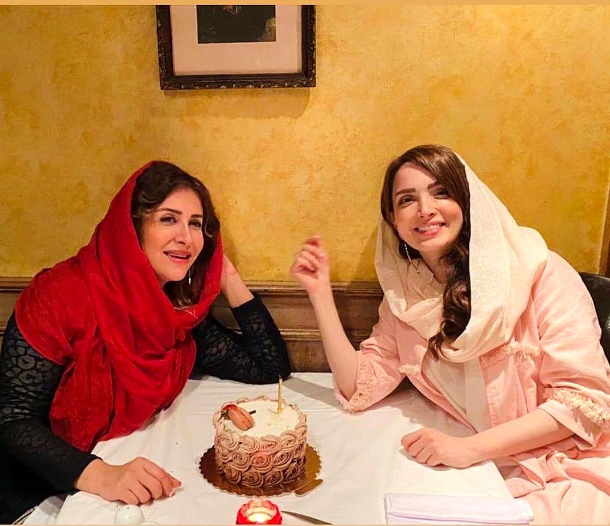عکس بی حجاب بهنوش طباطبایی با دوستش در کافه !