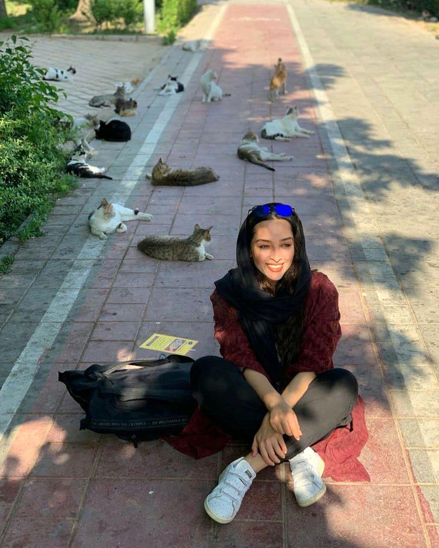 نشستن آناهیتا درگاهی وسط خیابان + عکس