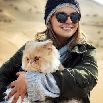 عکس عاشقانه دنیا مدنی با گربه اشرافی اش !